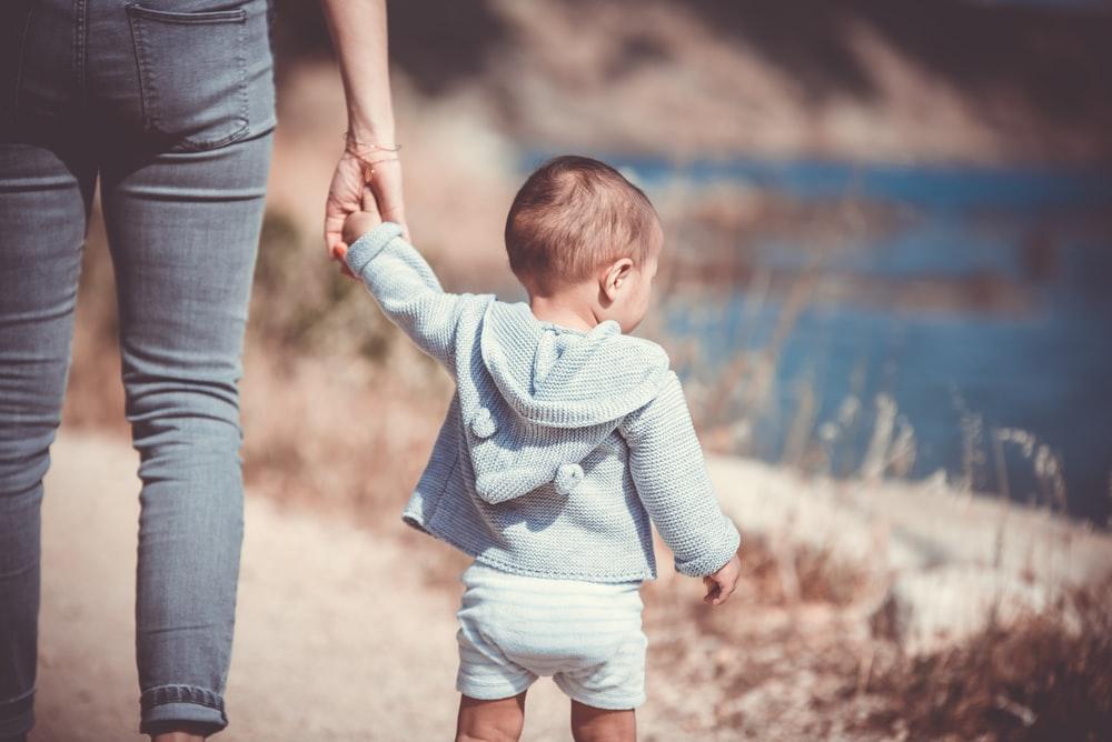Los niños/as podrán dar un paseo diario en vías o espacios de uso público manteniendo la distancia de seguridad.